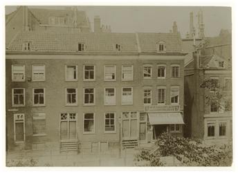1976-1240 De Noordzijde van de Oostzeedijk beneden tussen de Schoutenstraat en het Oostplein. De huizen staan leeg ...