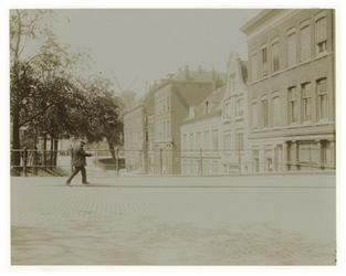 1976-1241 De Noordzijde van de Oostzeedijk beneden vanaf de Schoutenstraat naar het westen. Op de achtergrond de ...