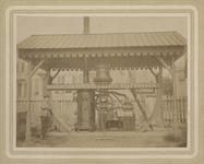 1976-1721 Stoommachine voor een haringlogger, tentoongesteld Buiten Mededinging . Op het apparaat staan de namen van de ...