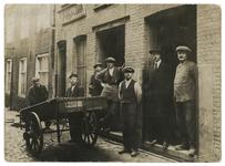 1976-396 Werklieden voor de deur van de houtbewerkersplaats (loonzagerij) van de Firma H. Emboek & Zoon aan de ...