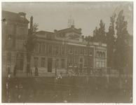 1977-108 Woonhuis aan de Coolsingel 65, bewoond door dr. H.J. Sleurs. Op de voorgrond de Binnenwegsebrug en achter het ...