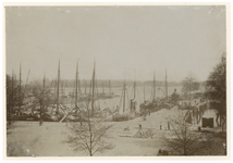 1977-2310 Zicht op de Veerhaven uit het noorden. Rechts is de brug over de toegang tot de Westerhaven (die in 1902 ...