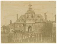 1977-2316 De Oude poort op het Oosterhoofd, uit het zuidoosten. Op de voorgrond de rij palen voor het afhouden van de ...