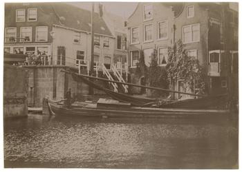 1977-4 Een binnenschip passeert de Aelbrechtsbrug en - sluis te Delfshaven. Op de achtergrond het begin van de ...
