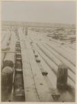 1979-773 Houtvlotten in de Schie nabij de Steur, met twee mannen die bezig zijn de vlotten in goede banen te leiden.