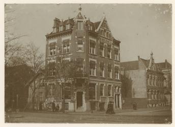 1981-442 Hoekpand op de hoek van de Nieuwe Binnenweg en 's-Gravendijkwal, waar Apotheek J.L.J.M. Maas (nr. 267) ...