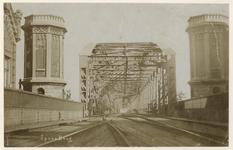 1981-751 Begin van de spoorbrug aan de Boompjeszijde; links een fragment van het Brugwachtershuis.