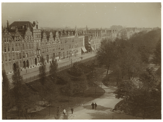 1982-476 Gezicht op een gedeelte van de Nieuwe Plantage en de huizen aan de westzijde van de Plantageweg, de latere Dr. ...