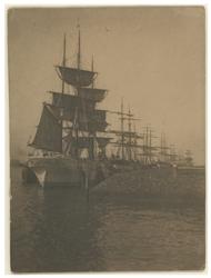 1983-1357 Zeilschepen aan de Parkkade afgemeerd, gezien uit het Noordoosten vanaf de Westerkade.