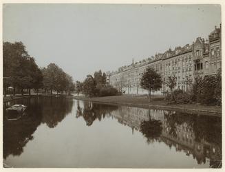1983-1666 Noordoostelijk deel van de Spoorsingel vanaf de Stationssingel. Aan de rechterkant zijn woonhuizen te zien.