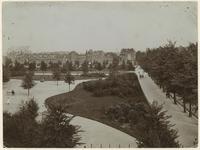 1983-1668 Overzicht van het Heemraadsplein langs de Nieuwe Binnenweg uit westelijke richting. Links, op de achtergrond ...