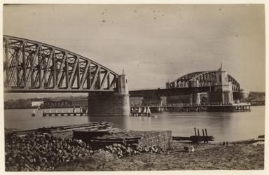 1983-3342 Zicht op de spoorbrug over de Koningshaven