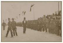 1984-842 Militairen opgesteld in een rij voor het bezoek van koningin Wilhelmina aan Rotterdam. Er zijn ook vlaggen te zien.
