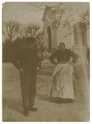 1987-92 Arie van den Berg met echtgenote. Van den Berg was doodgraver op de begraafplaats Oud-Kralingen. Op de ...
