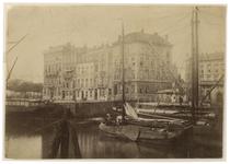 1989-104 Huizen aan het Willemsplein vanaf de Leuvehaven oostzijde. Het Victoriahotel is te zien en de toegang tot de ...