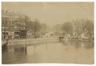 1989-105 De Nieuwehaven vanuit de Oudehaven met links de Mosseltrap en rechts de Roobrug.