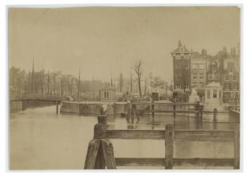 1989-110 Zicht op de Oudehaven bij het Oudehoofdplein met aan de rechterkant de Koningsbrug. Op de achtergrond is het ...