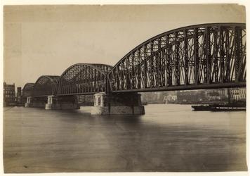 1990-1277 Spoorbrug, van de Maaskade in de richting van de Oudehaven. Het zeekantoor dat in het midden te zien is, werd ...
