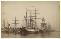 1990-1283 Zeeschepen in een haven, hoogstwaarschijnlijk de Rijnhaven.