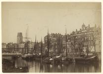 1990-1291 Zicht op de bouw van Plan C vanuit het zuidoosten en vanaf de Oudehaven, waarin schepen liggen. Op de ...