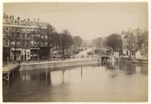 1990-1292 Zicht op de Oudehaven en de Mosseltrap, aan de linkerkant. In het midden de Nieuwe haven achter de Roobrug. ...