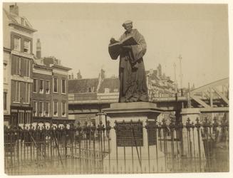 1990-1294 Grotemarkt met het standbeeld van Erasmus, achter een hek.