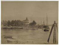 1991-2368 Zicht op de Veerhaven, de Veerdam en de Kleine Veerhaven, vanaf de Willemskade. Aan de rechterkant enkele ...