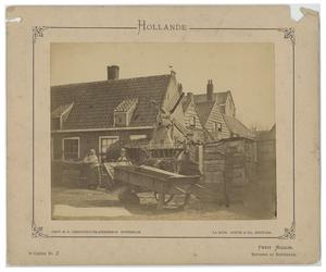 1991-2381 Twee vrouwen bij een aantal huizen en een wipmolentje in Kralingen.