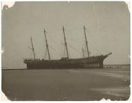 1993-1508 Gestrand schip bij Waterloo. Waarschijnlijk is het schip al eerder gestrand, op de kust bij Hoek van Holland.