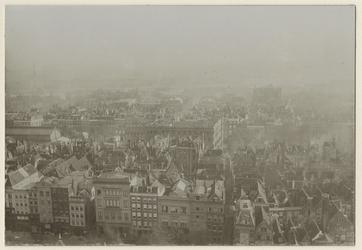 III-145-1 Grote Markt en omgeving naar het zuiden gezien. Veel huizen zijn te zien, vanaf een hoog punt gefotografeerd.