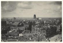 III-147-02 Panorama van Rotterdam vanaf het Witte Huis, met zicht op de Laurenskerk en Station Beurs aan het ...