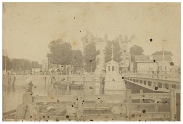 IV-13-5 Gezicht op het Haringvliet, met aan de rechterkant de Konigsbrug.