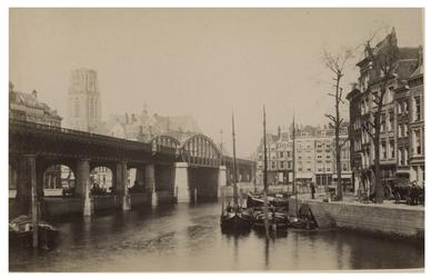 IV-18-5 Zicht op de Kolk met aan de linkerkant het spoorviaduct. Op de achtergrond is de Laurenskerk te zien. Op de ...