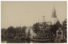 IV-18-7 De Scheepmakershaven met enkele schepen aan de kade. Aan de rechterkant is de St. Dominicuskerk te zien.