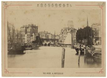 IV-20-4 Zicht op de Oudehaven met enkele schepen in het water. In de verte op de achtergrond is de toren van de ...