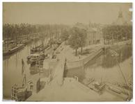 IV-21-2-c Zicht op de Leuvehaven met schepen erin. In het midden de Scheluwebrug tussen de Leuvehaven en de ...