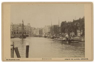 IV-23-3 Zicht op de Spaansekade en de Oudehaven vanuit het zuiden. Enkele schepen in het water. Op de achtergrond 'Plan C'.