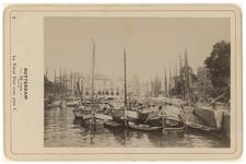 IV-30-9 Zicht op de Oude Haven met schepen erin. Op de achtergrond Plan C aan de Oudehavenkade.