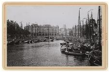 IV-56-11 Zicht op de Oudehaven vol met schepen. Aan de overkant is het gebouw van Plan C te zien aan de Oudehavenkade. ...
