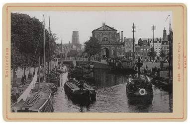 IV-56-24 De Rotterdamse Schie met het Delftsebootje en andere schepen in het water. In het verlengde de Delftse Poort ...