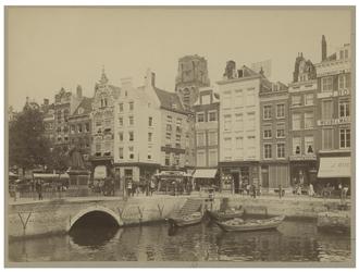 IX-1089 Zicht op de Grotemarkt en het Steiger. Aan de linkerkant het standbeeld van Erasmus op de rug gezien. Tussen de ...
