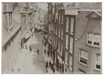 IX-1415 Hoogstraat met de Waalse Kerk. Op straat lopen enkele mensen. Vanaf een hoger gelegen punt genomen.