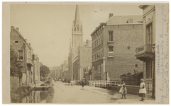 IX-1675 Zicht op de Kruiskade, met aan de rechterkant de Westerkerk. Op de voorgrond staan een paar meisjes op straat.