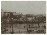 IX-2209-03 Zicht op de Oudehaven met schepen erin en de Oosterkade. Op de achtergrond is een molen te zien, ...