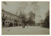 IX-2924-01 Zicht op de Slotlaan en aan de rechterkant de ingang van Park Honingen. Op straat staan enkele kinderen.