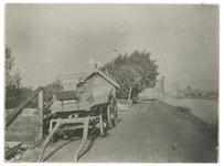 IX-2978-2 De Spangesekade langs de Delfshavense Schie, met op de voorgrond links een transportkar voor een huis. Op de ...