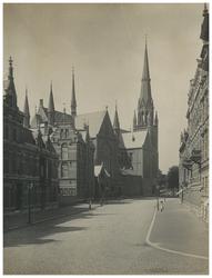 IX-3224-01 Zicht op de Van Vollenhovenstraat met de Sint-Ignatiuskerk aan de West Zeedijk.