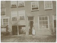 IX-3252-2 Woningen aan de Vriendenlaan, met een vrouw in de deuropening van een van de huizen.
