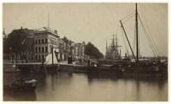 IX-347-01 Zicht op de Leuvehaven met de nieuwe Leuvebrug aan de linkerkant, uit het Westen en de Societeit. Op de ...