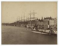 IX-353-1 De Leuvehaven en de Boompjes vanaf het Willemsplein, uit het Zuidwesten met links de Nieuwe Leuvebrug en de ...